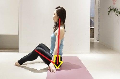 床に膝を立てて座ります。背骨・骨盤も立てて、お腹の中から足が生えているというイメージをしながら準備しましょう。