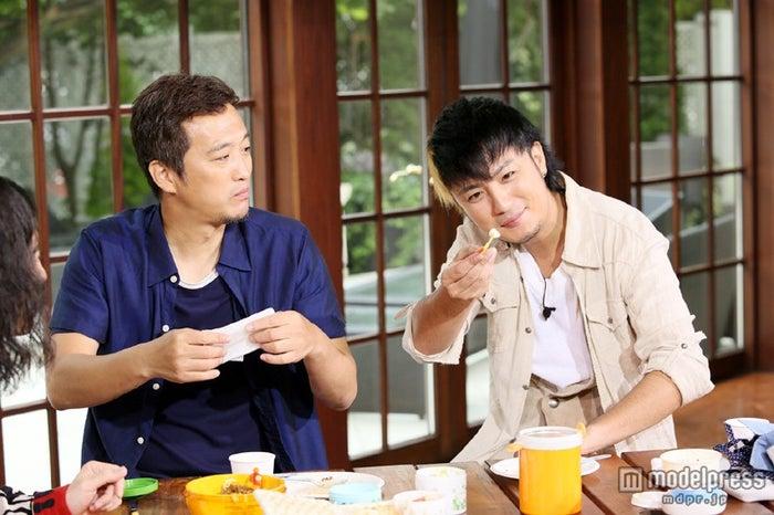 左から:大鶴義丹、上地雄輔/画像提供:関西テレビ