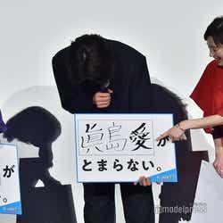 眞島秀和から手書きフォントの不安定さを指摘され、照れる金子大地(C)モデルプレス