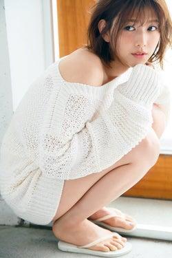 欅坂46渡邉理佐、デコルテと美脚をチラ見せ<新ビジュアル雑誌「WHITE graph」>