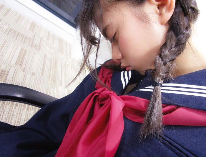 セーラー服姿で眠る齋藤飛鳥(「乃木撮VOL.01」収録カット)/提供写真