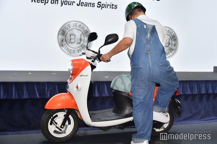 「出川哲朗の充電させてもらえませんか?」のバイクを押して登場した出川哲朗 (C)モデルプレス
