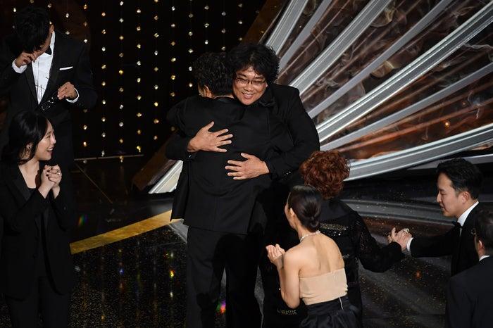 抱き合うソン・ガンホとポン・ジュノ監督/photo:Getty Images