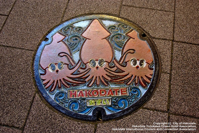 函館ならではのイカモチーフのデザインマンホール(提供画像:函館市観光部)