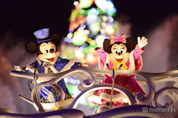 東京ディズニーシー「カラー・オブ・クリスマス」のミッキーとミニー(C)Disney