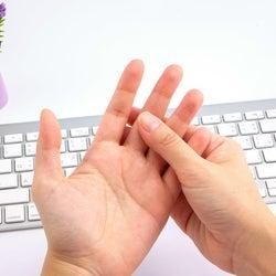冷えたガチガチ指先を温める!簡単ポカポカ指マッサージ