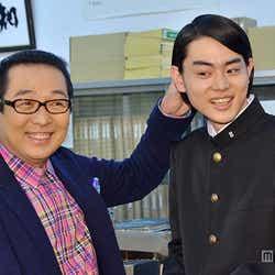 菅田将暉(右)のヘアスタイルを注意するさだまさし(左)