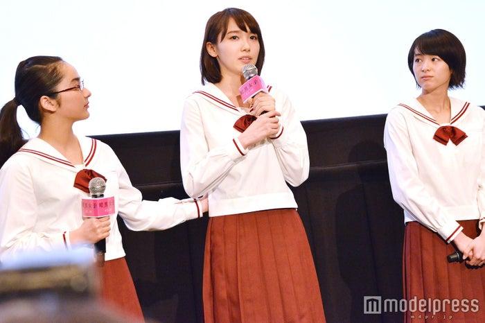 清水富美加とW主演・飯豊まりえが涙「富美加ちゃんも含めみんなで作り上げたことに嘘はない」/左から:平祐奈、飯豊まりえ、清野菜名 (C)モデルプレス
