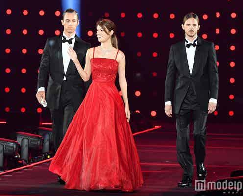 """マギー、イケメンエスコートで優雅にランウェイ 紅ドレスで""""女神""""の微笑み<TGC2016 A/W>"""