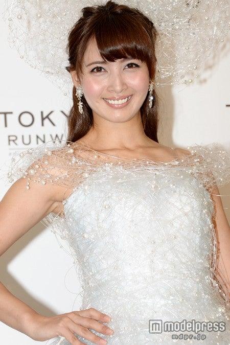 白のドレスを着た加藤夏希