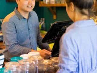 レジで会計を終えた飲食店スタッフ その後の不衛生な行動に「もう行かない」 飲食店を訪れた投稿者は、スタッフが会計業務をした後に料理を盛り付けている場面を目撃。