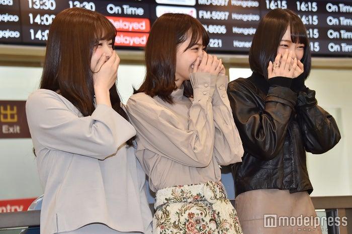 左から:松村沙友理、西野七瀬、堀未央奈/松山空港にてファンの熱烈歓迎にはにかむ3人 (C)モデルプレス