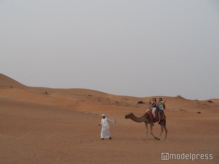 ラクダに乗って砂漠の散歩を楽しめる(C)モデルプレス