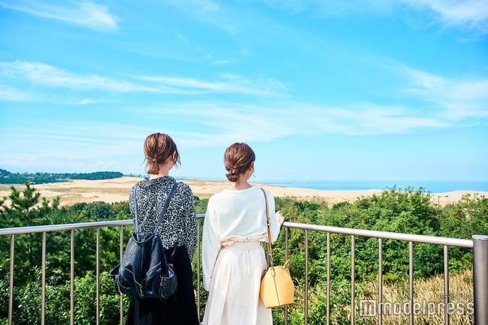 館内の展望広場からは鳥取砂丘が一望できます。砂丘から吹く風が気持ちいい(C)モデルプレス
