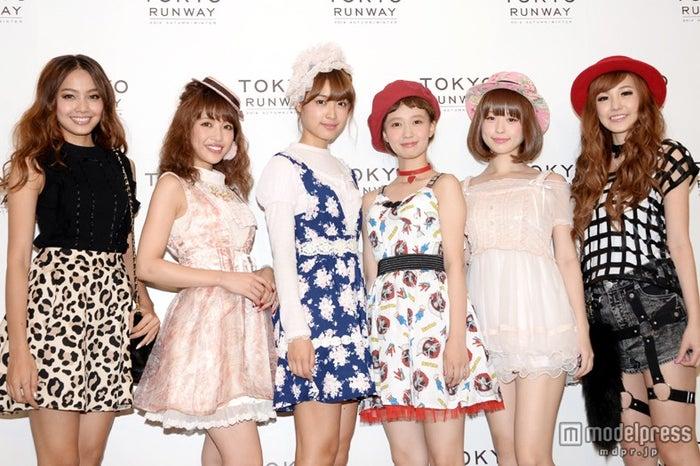 ガールズファッションショー「東京ランウェイ2014 AUTUMN/WINTER」に出演した(左から)MEW、くみっきー、まあぴぴ、柴田紗希、やのあんな、ミント【モデルプレス】