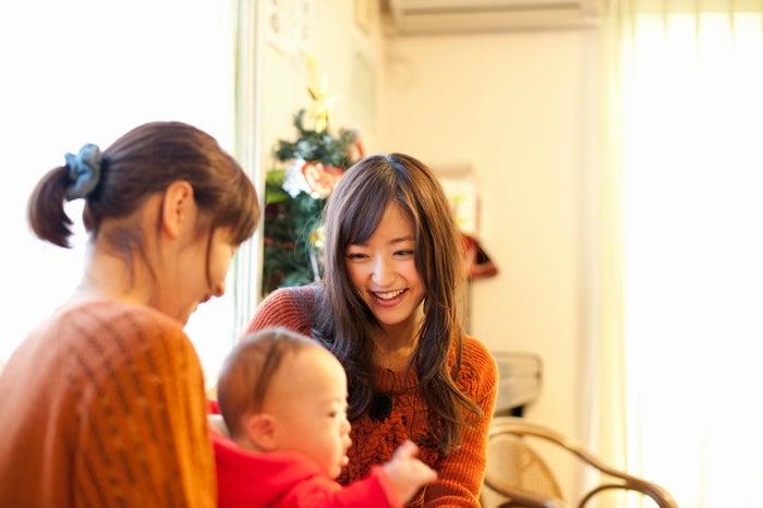 3月11日に誕生した赤ちゃんと触れ合う井上真央/撮影:小林紀晴