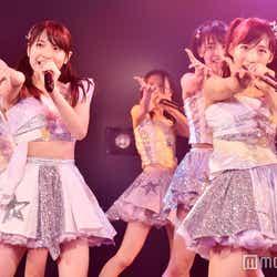 """モデルプレス - AKB48「次世代の前田敦子と大島優子」がWセンター 平均年齢16歳""""最注目の若手""""選抜公演開幕<「世界は夢に満ちている」公演レポ・セットリスト>"""