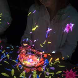 小さきものの中にある無限の宇宙に咲く花々 /画像提供:チームラボ