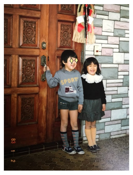 4歳の頃の兄と撮った記念写真/矢田亜希子オフィシャルブログ(Ameba)より