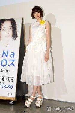 """玉城ティナ、""""オールホワイト""""は異素材MIX&ポイントカラーでピュア可愛く<ファッションチェック>"""