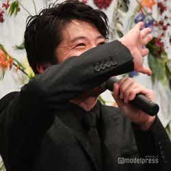 """志田彩良・松木エレナの""""キラキラ目線""""に「そんなキラキラした目でおじさんのこと見ないで~」と顔を背ける田中圭 (C)モデルプレス"""