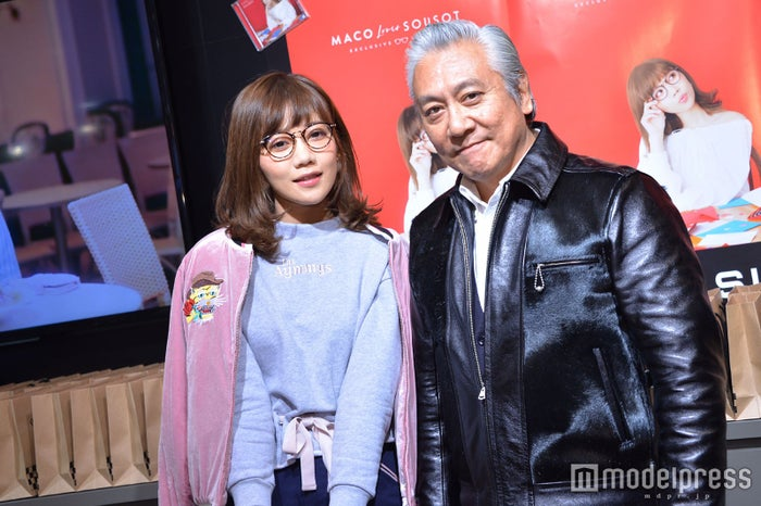 (左から)MACO、代表取締役社長・澤田将広氏(C)モデルプレス
