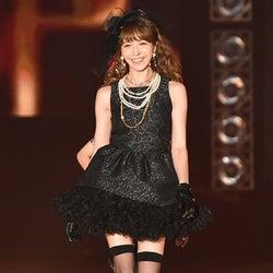 藤井リナ、魅惑のミニドレスで美脚あらわに 投げキッスに観客うっとり