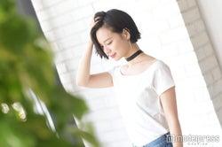 首の空いたTシャツには太めチョーカーを/斎藤有沙(C)モデルプレス