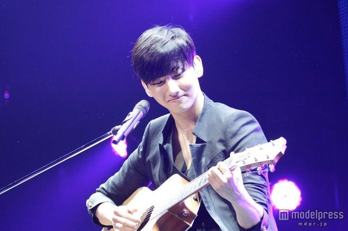 ギターの弾き語りを披露するチャンミン