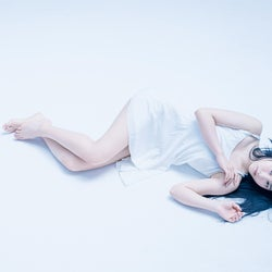 NMB48山本彩加、色気たっぷりキャミ姿で美脚披露
