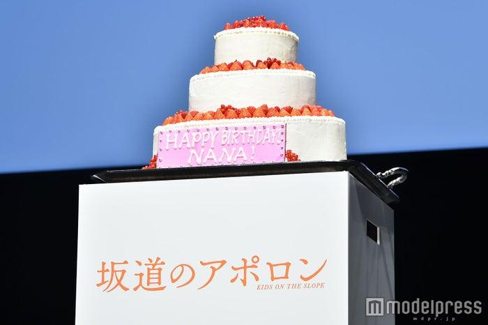 小松菜奈へ贈られた誕生日特製ケーキ(C)モデルプレス
