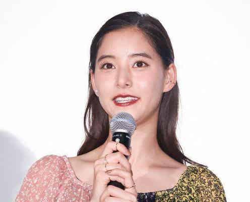"""新木優子のクールな白ワンピ&おちゃめな""""チュー顔""""姿に「口とんがってるのかわいすぎる!」「お似合いです」と反響"""