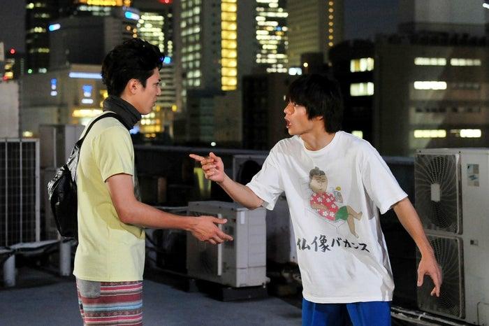 間宮祥太朗、窪田正孝/『僕たちがやりました』第4話より(C)関西テレビ