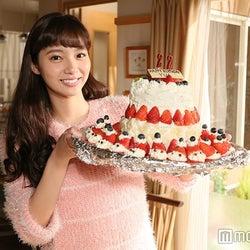新川優愛、サプライズに感激 22歳の抱負を語る