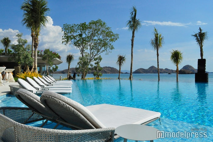プールサイドのデッキチェアで日がなのんびり過ごすのも、リゾートホテルステイの醍醐味(C)モデルプレス