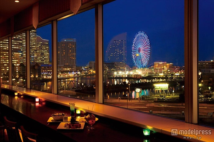 「横浜桜木町ワシントンホテル」内5階のDINING&BAR「ベイサイド」カウンター席からのみなとみらいの夜景 /画像提供:横浜桜木町ワシントンホテル