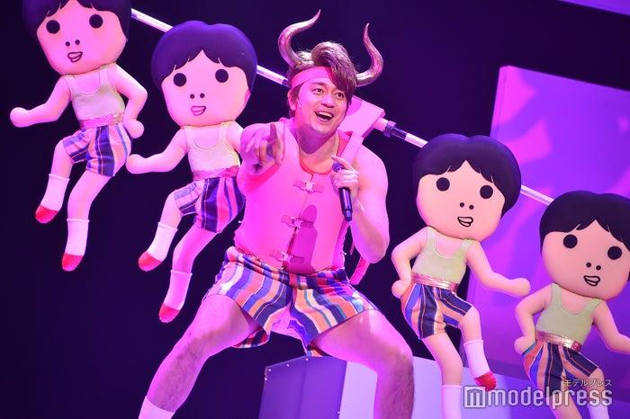 青柳翔、インパクト大の歌唱シーンを披露/舞台「勇者のために鐘は鳴る」公開ゲネプロより (C)モデルプレス