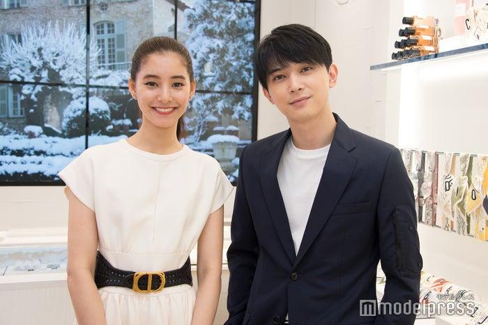 「ディオール ビューティ シブヤ」に来店した(左から)新木優子、吉沢亮 (C)モデルプレス