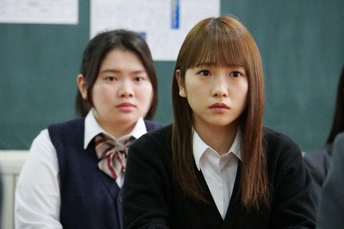 富田望生・川栄李奈/「3年A組 ―今から皆さんは、人質です―」第7話より(C)日本テレビ