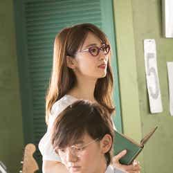 (後方から)泉里香、濱田龍臣/「家庭教師」篇メイキングカットより(提供写真)