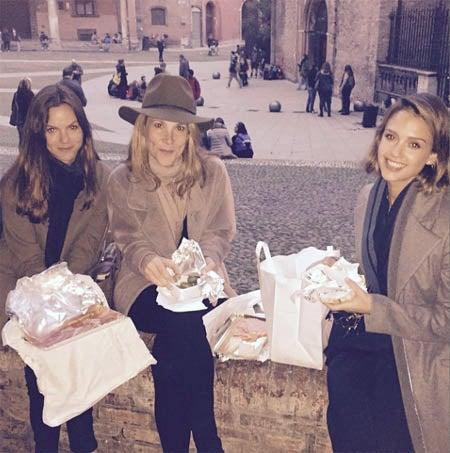 ボローニャと思われる地で外ランチを楽しむジェシカ。Jessica Alba Instagram