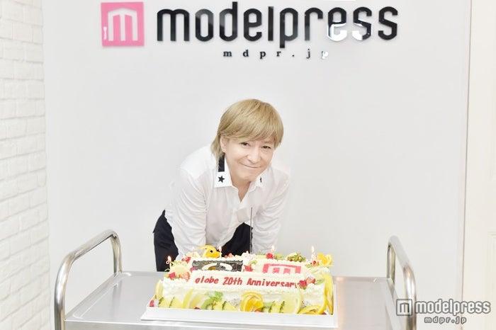 「globe20周年×モデルプレス」の特注ケーキで小室氏をお祝い