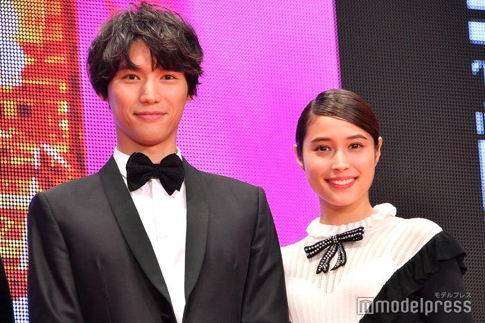 「第31回東京国際映画祭」レッドカーペット に登場した福士蒼汰、広瀬アリス (C)モデルプレス