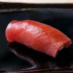 看板なし、大人のための隠れ家「鮨屋」がここ!温度のマジックが寿司をうまくする神楽坂『すし ふくづか』