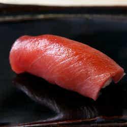 モデルプレス - 看板なし、大人のための隠れ家「鮨屋」がここ!温度のマジックが寿司をうまくする神楽坂『すし ふくづか』