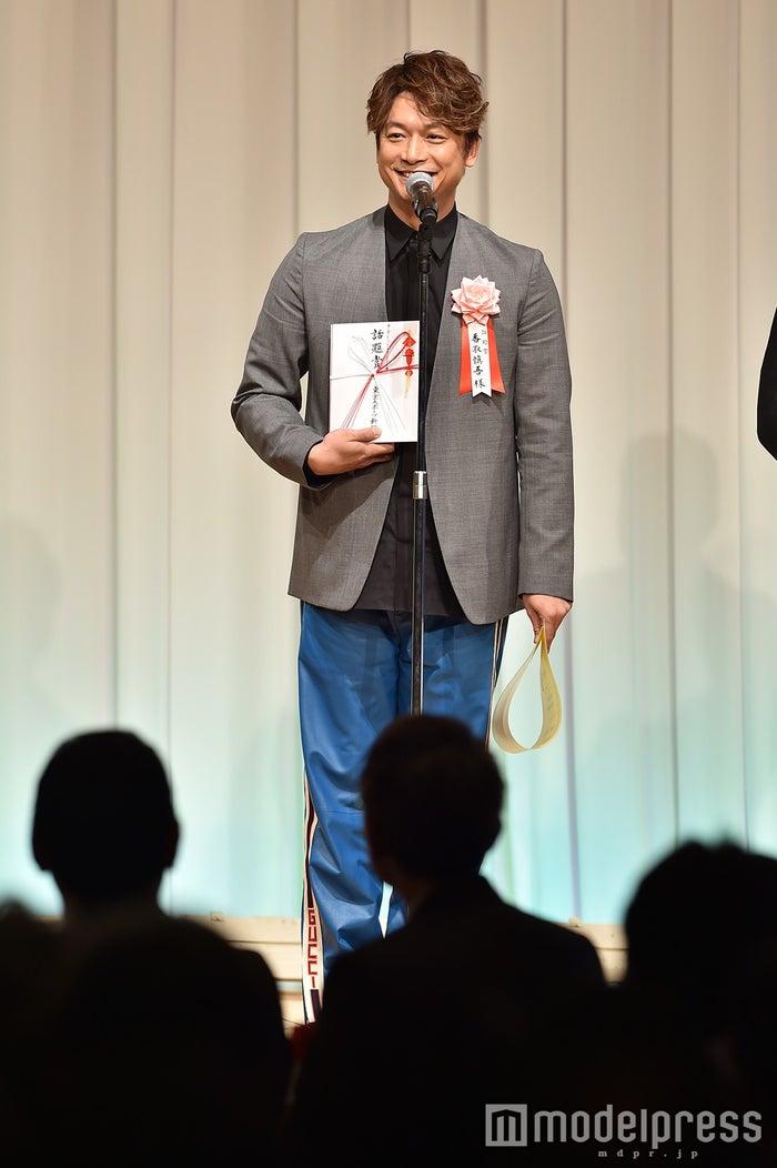 香取慎吾/グレーのジャケットにGUCCIのブルーパンツ (C)モデルプレス