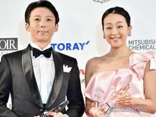 浅田真央、胸元&背中大胆ドレスで登場 高橋一生が感動「おきれい」