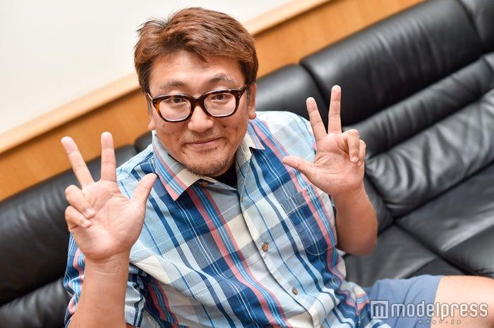 堂本剛主演の「33分探偵」など縁のある3にちなんだポーズを決める福田雄一監督 (C)モデルプレス