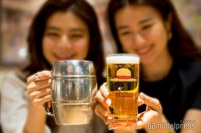グラスにはビブルカードが挟まった麦わら帽子が描かれているなど、ファンにはたまらない仕掛けも (C)モデルプレス