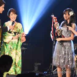 丘みどりから講評をもらう野島樺乃(右)/「AKB48グループ歌唱力No.1決定戦」決勝大会 (C)モデルプレス
